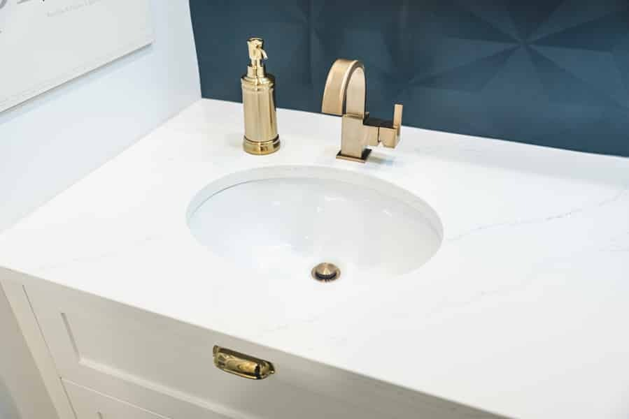 Salle de bain classique actualisée - Claudia Bérubé Designer